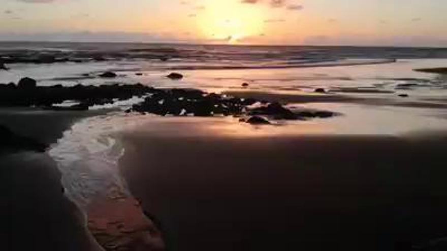 Hallan en la Playa del Hombre el cadáver de una mujer de 40 años