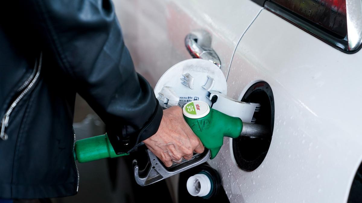 Una mujer pone gasolina a su vehículo en una gasolinera de Madrid.
