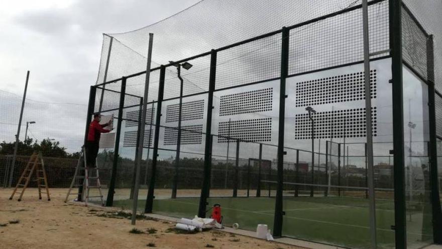 Bonrepós instala vinilos con siluetas en los cristales de las pistas de pádel