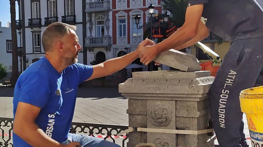 Las pilastras de la plaza de Santa Ana se sustituyen tras nueve meses rotas