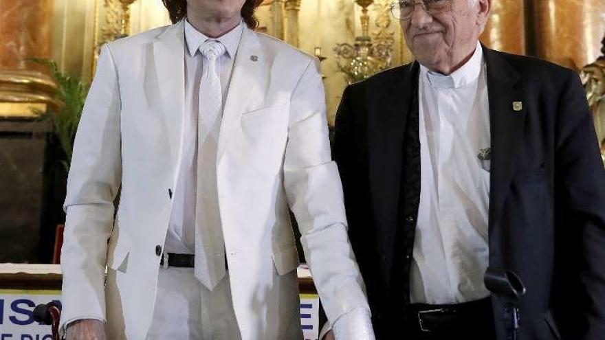 El padre Ángel, fundador de Mensajeros de la Paz, recauda fondos en el Casino La Toja