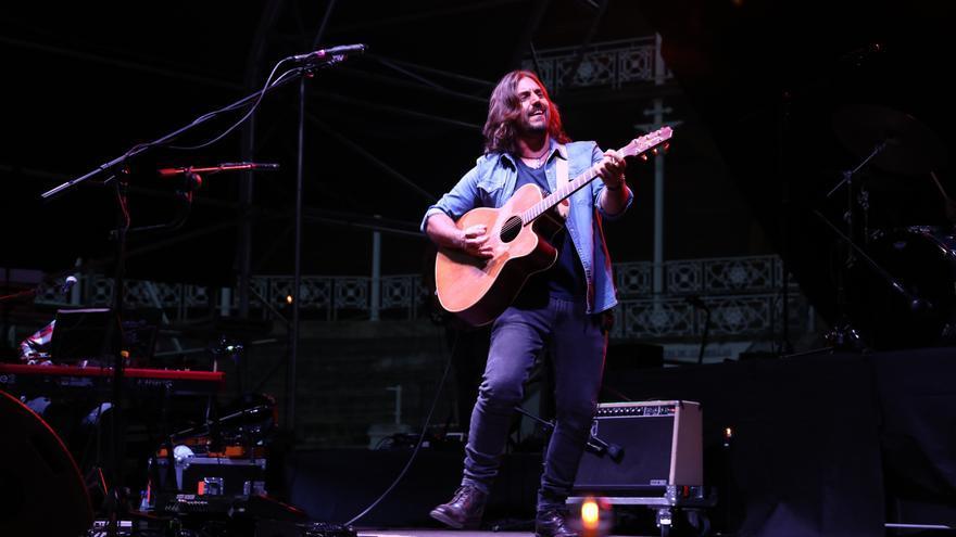 La magia gallega de Andrés Suárez pone a cantar a los espectadores de la plaza de El Bibio