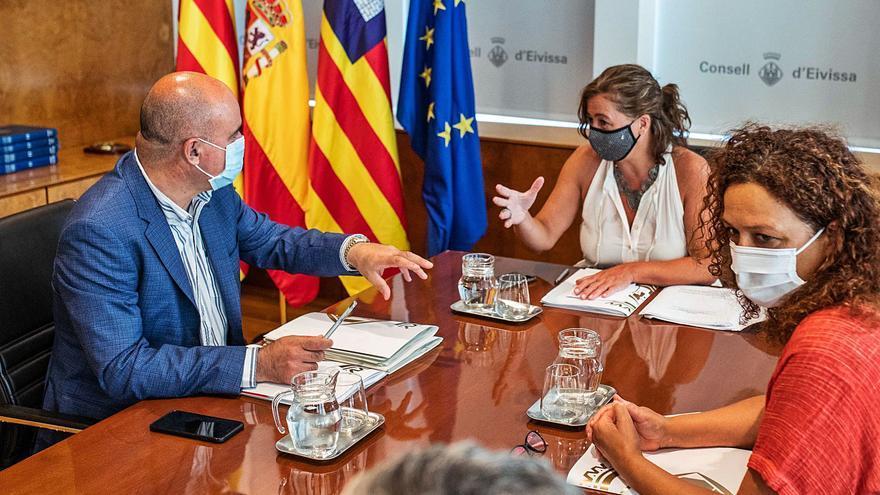 Ibiza alerta de que Mallorca recibe más competencias en el traspaso de ordenación turística