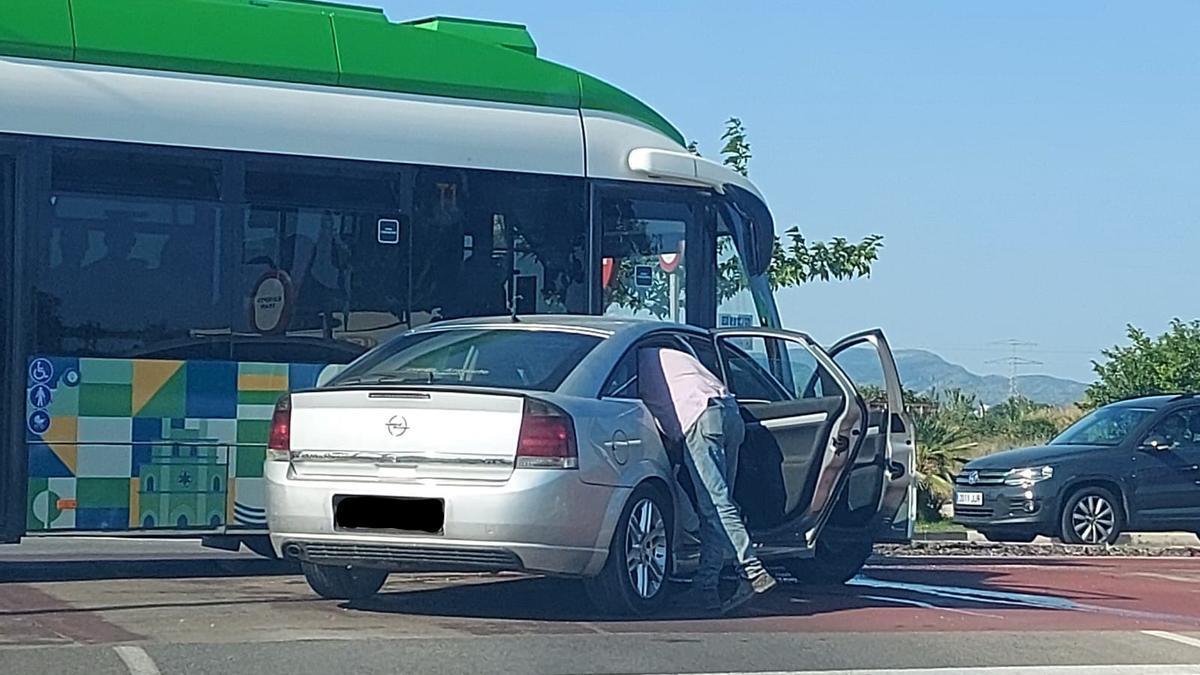 Un turismo ha chocado esta tarde contra el tram cuando circulaba por la avenida del Mar de Castelló.