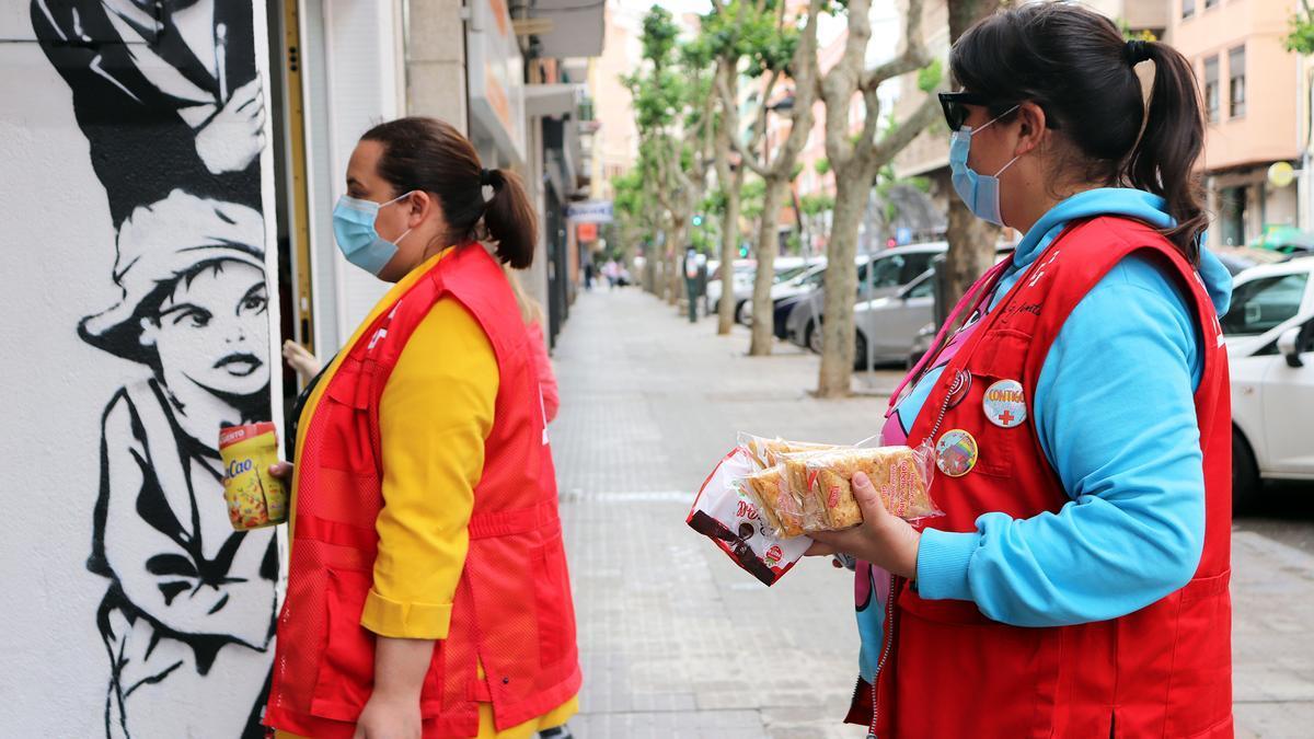 Dos jóvenes voluntarias reparten comida por la ciudad