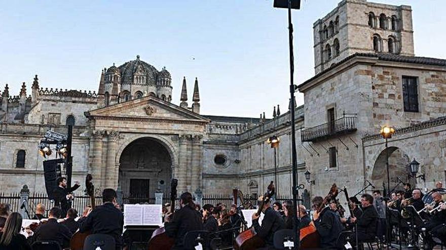 La gala lírica desarrollada ayer en la plaza de la Catedral.