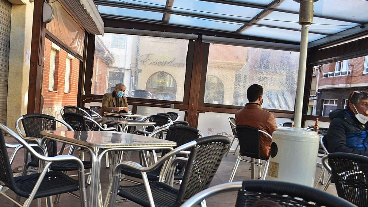 Un bar del centro trabajando solo la terraza. | E. P.