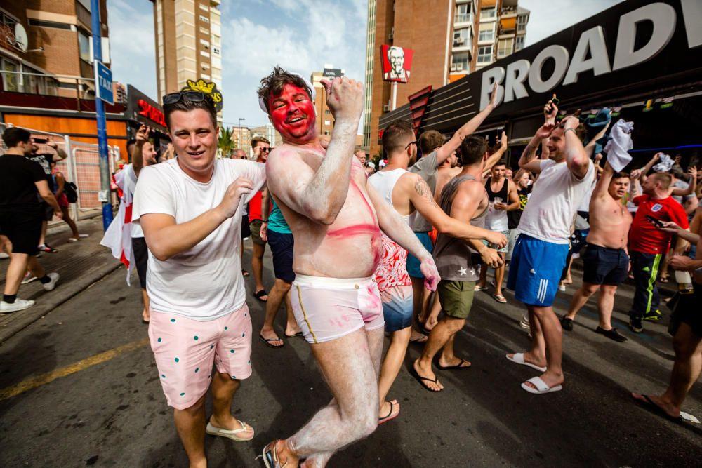 El pase de Inglaterra a semifinales del Mundial de Rusia provoca la euforia de los hinchas ingleses que han tenido que ser desalojados de los locales.