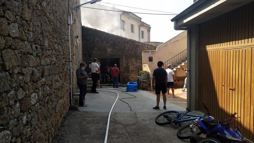 Sofocado un incendio en un solar urbano en Fermoselle