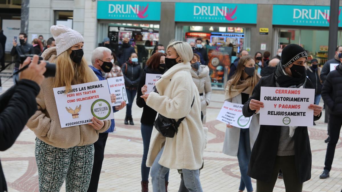 Protesta de los hosteleros de Elche en la Plaça de Baix.