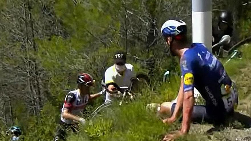 Una aparatosa caída por una ladera deja fuera del Tour a Simon Yates