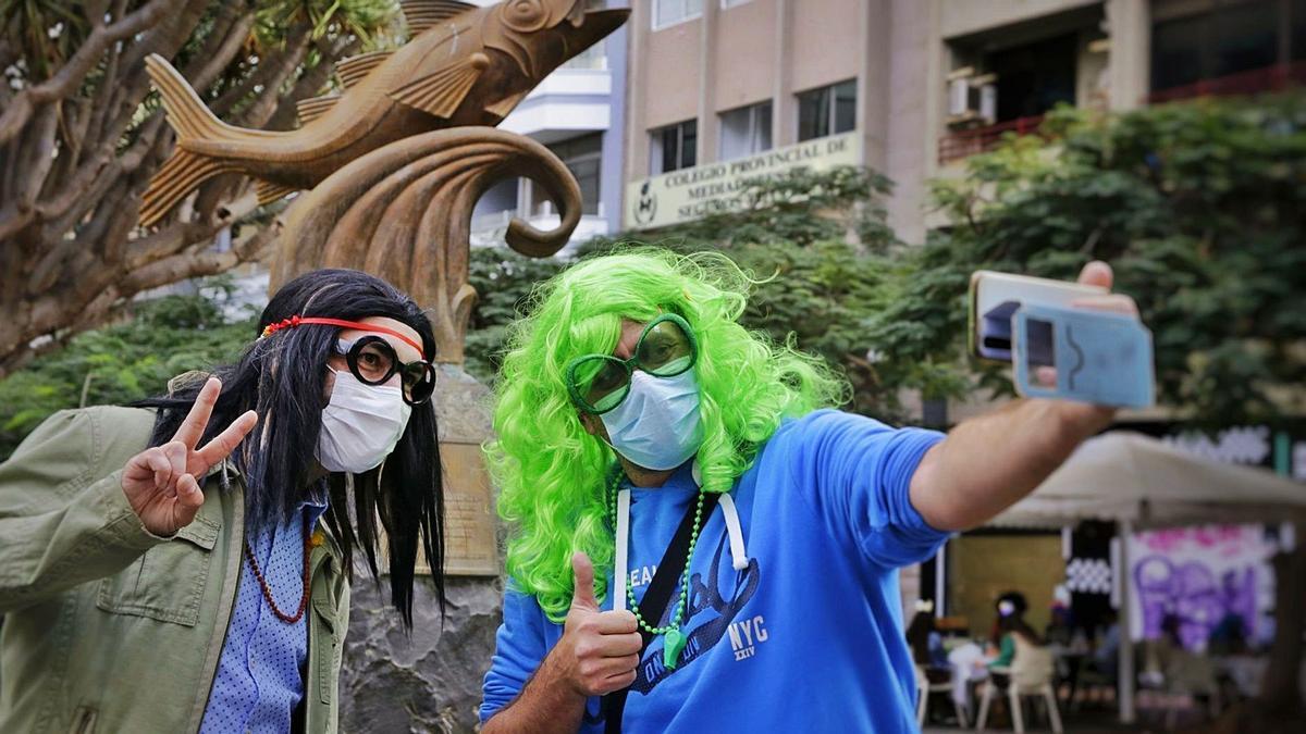 Ante las restricciones del coronavirus, dos hombres deciden celebrar el carnaval saliendo a la calle con pelucas.