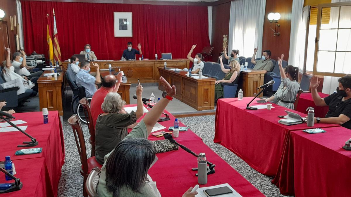 Instante de una votación durante el último pleno de Vinaròs.