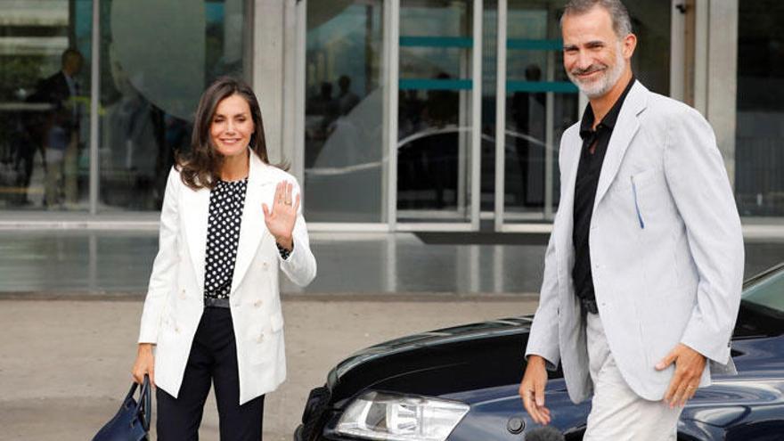 Doña Letizia recupera la blusa de la polémica para visitar al Rey emérito