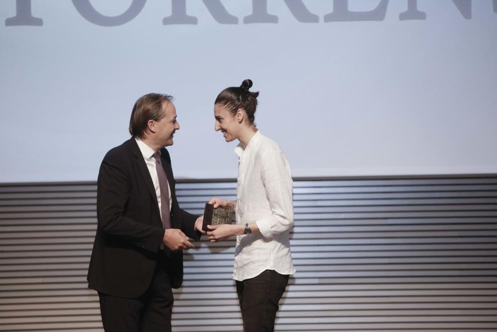Antoni Serra, director territorial de BMN-Sa Nostra, entrega el premio a Alba Torrens