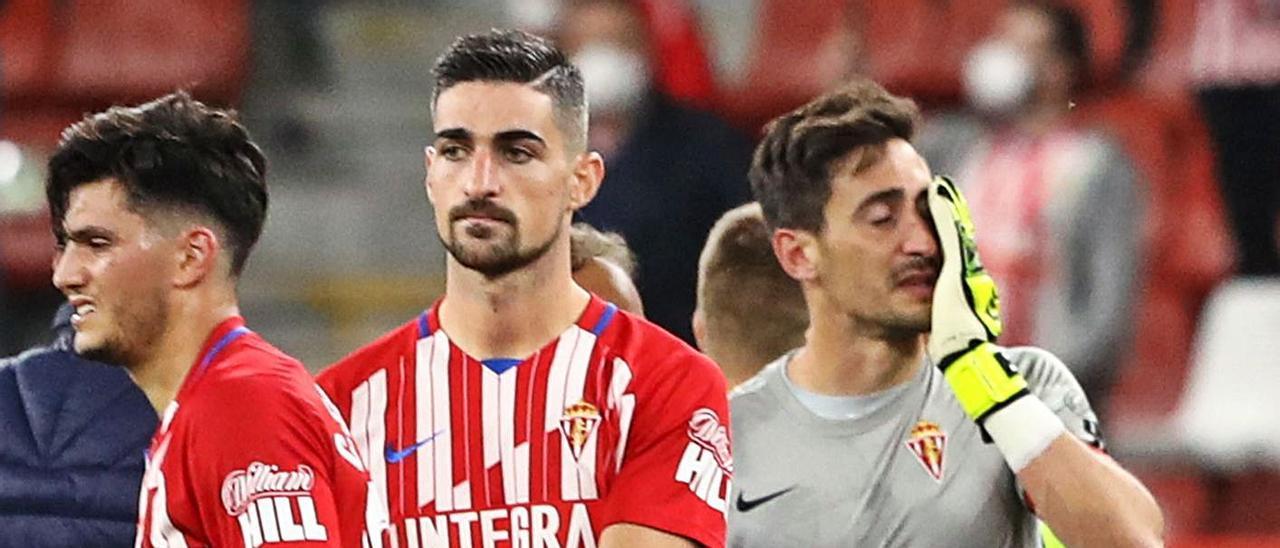 Cristian Salvador, Borja López y Diego Mariño, cariacontecidos tras el final del último partido. | Juan Plaza