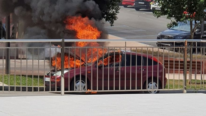 Arde un coche en Ramón y Cajal, en el Carbayedo