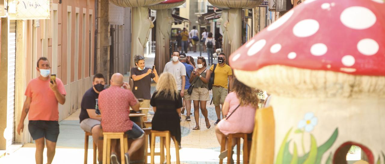 Transeúntes en una céntrica calle de Alicante, en una imagen reciente.