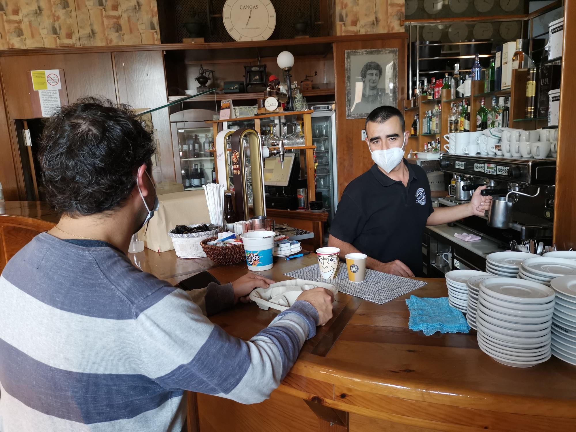 El responsable del Plantaciones preparando cafés para llevar