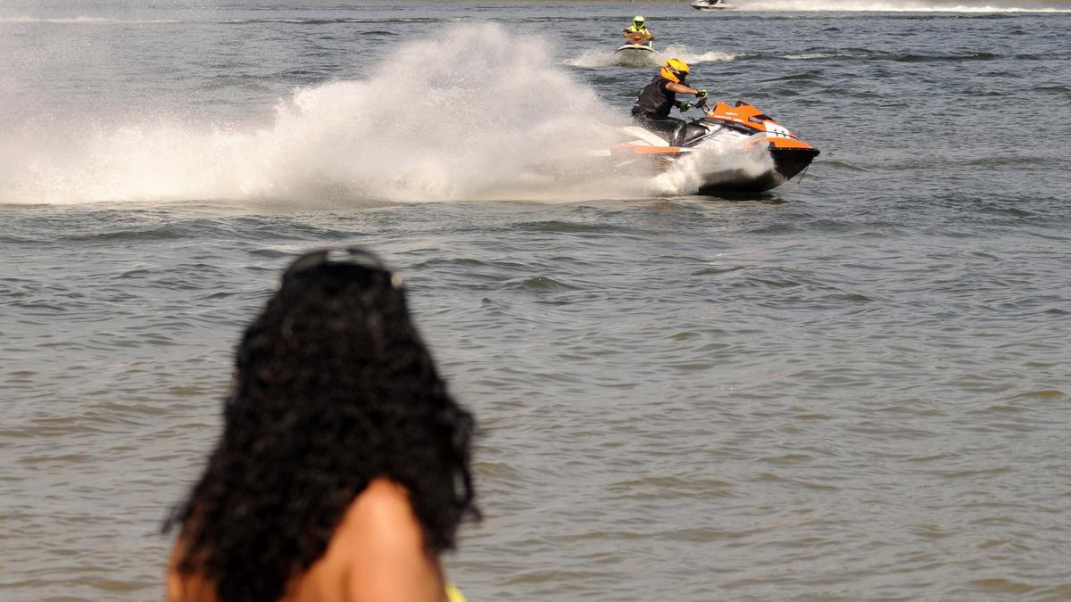 Moto acuáticas cerca de una playa gallega.