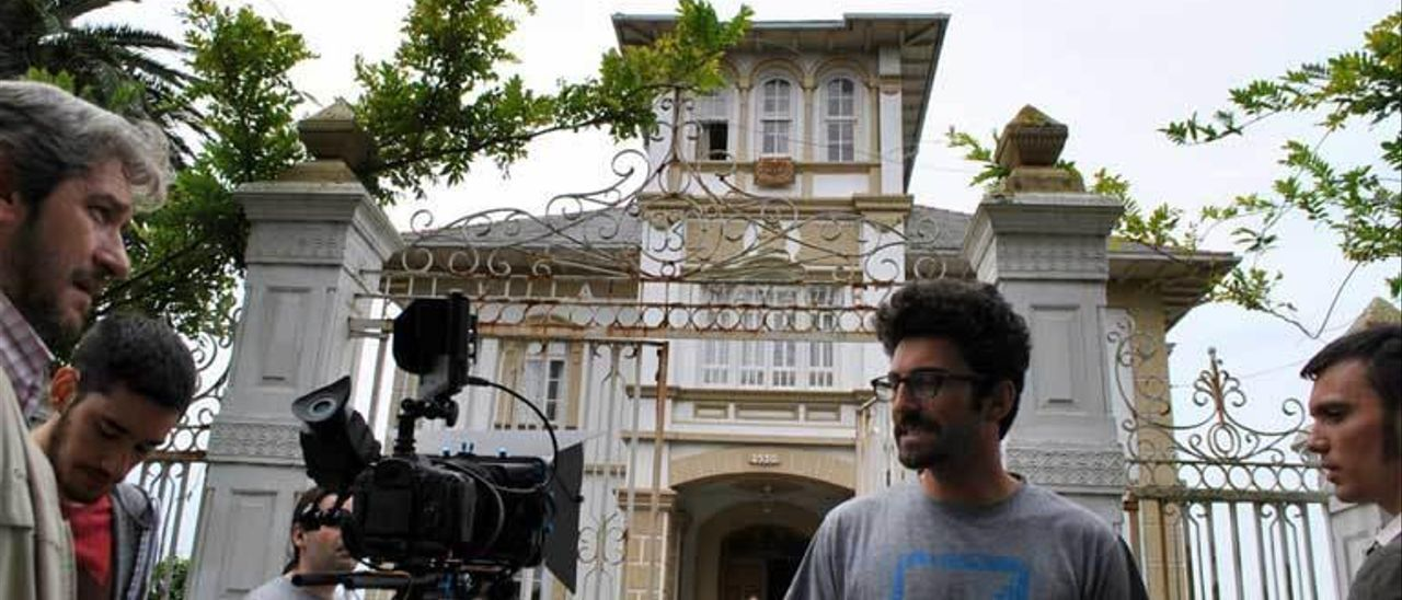 """Asur Fuente, en el centro, durante el rodaje de """"Peceras"""" en Tox."""