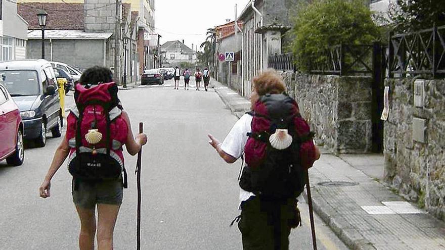 Dos peregrinos a su paso por Tui, Pontevedra :: Albergues del Camino de Santiago