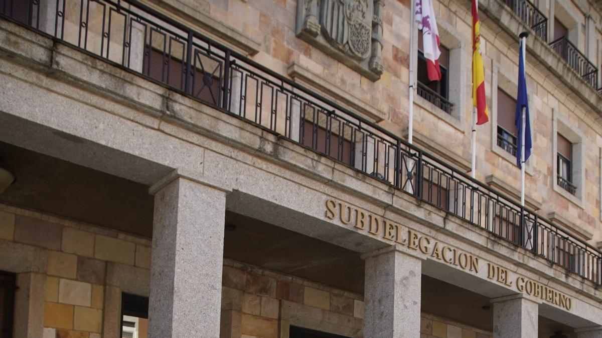 Integrantes de la PAH ante la Subdelegación del Gobierno en Zamora