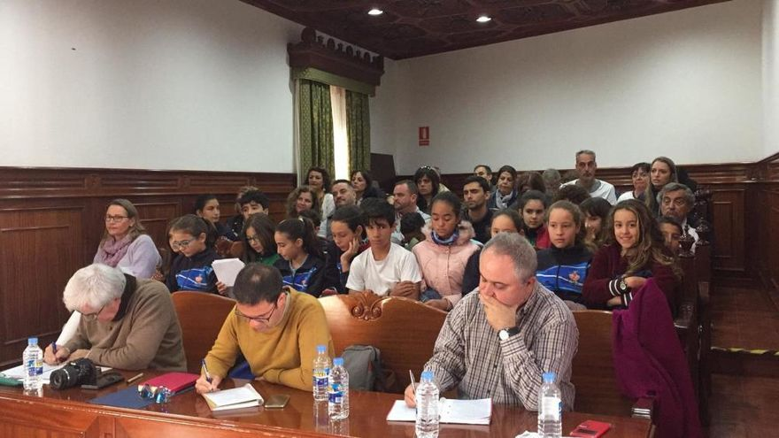 Cinco escolares del Padre Collado leen el Manifiesto por la Paz en el pleno