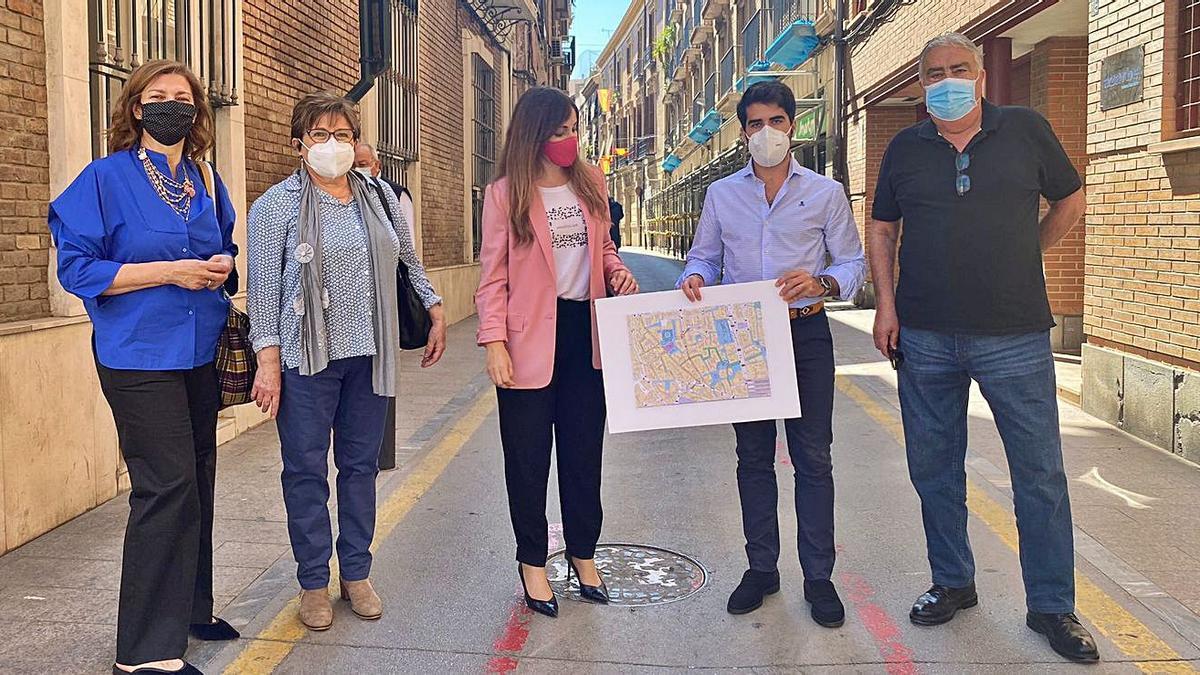 Rebeca Pérez y Diego Avilés, junto a los vecinos de la calle San Nicolás. | PP