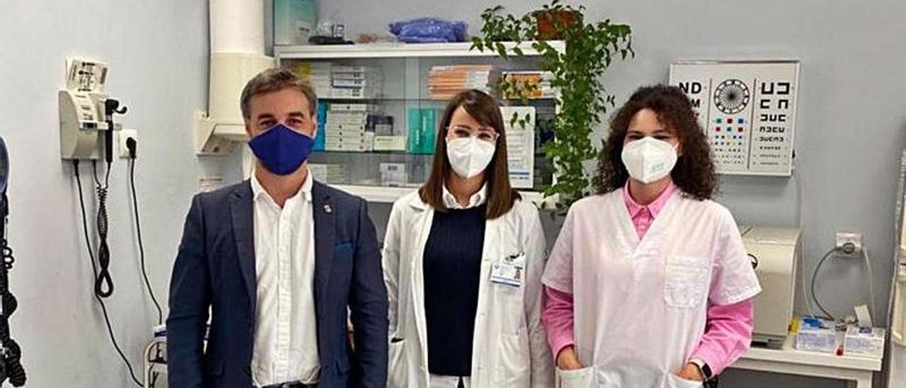 Por la izquierda, Gerardo Fabián, la médica Nuria Blanco y la enfermera  Noelia Díaz, que recogerán el galardón en representación de su gremio.    