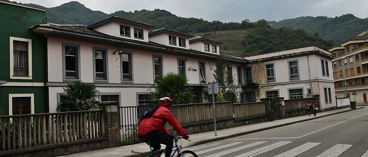 El antiguo inmueble de La Salle, en La Veguina de Turón.