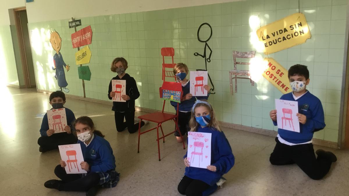 """Alumnos del colegio de la Inmaculada, con varios dibujos de la """"Silla roja""""."""