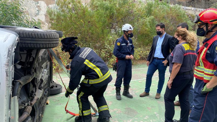 Bomberos se entrenan en técnicas de intervención en accidentes de tráfico