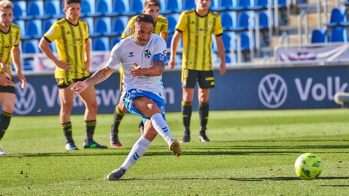 Suso Santana, en el momento de ejecutar el penalti que se convirtió en el 2-1.