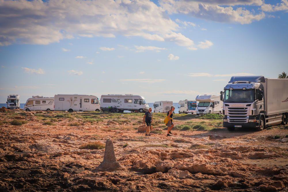 Las autocaravanas vuelven a invadir la primera línea de las calas de Torrevieja sin control