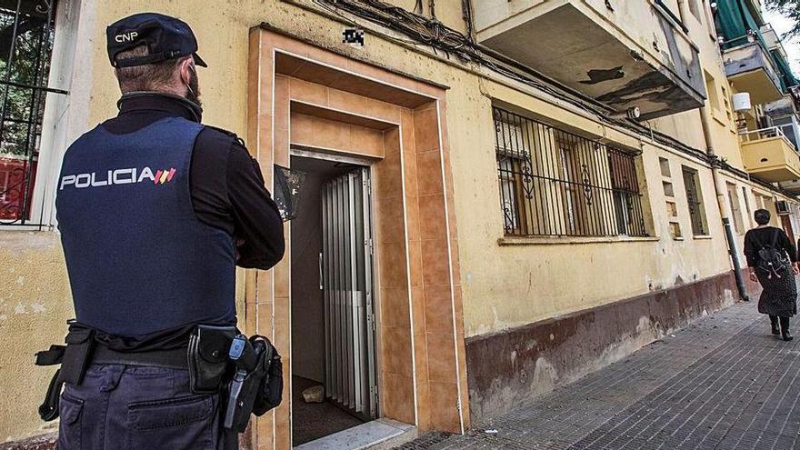 Varias familias se enfrentan en Alicante por okupar el piso de un fallecido con el cadáver aún dentro