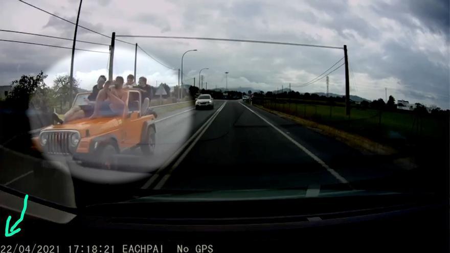 Conductor circula en Ibiza con varias personas sobre capó
