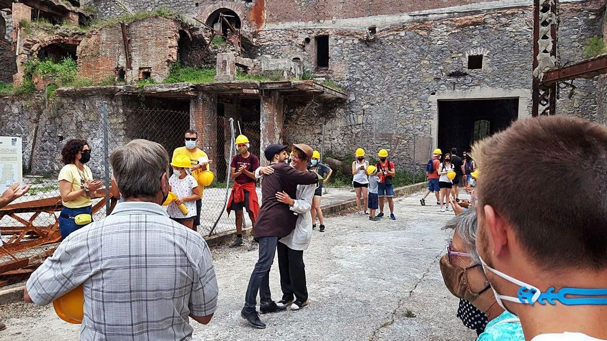 Els actors que interpreten Gaudí i Güell, al centre, durant el pas de la visita pel Museu del Ciment   GEMMA ARMENGOU