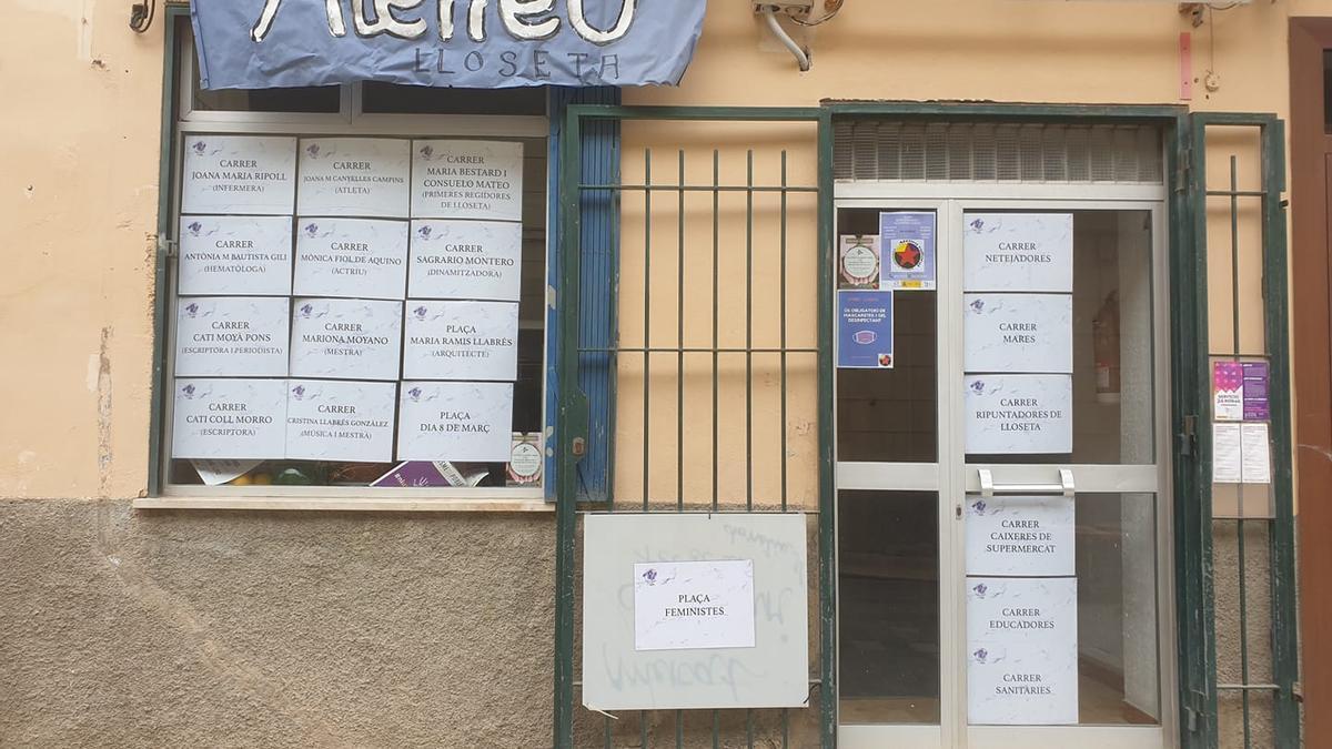 La sede del Ateneu Cultural de Lloseta, con los carteles.