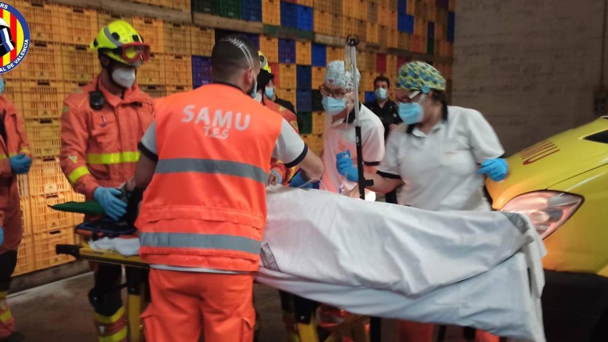 Liberan a una persona que había quedado atrapada en una máquina en una empresa agrícola en Algemesí (Valencia)
