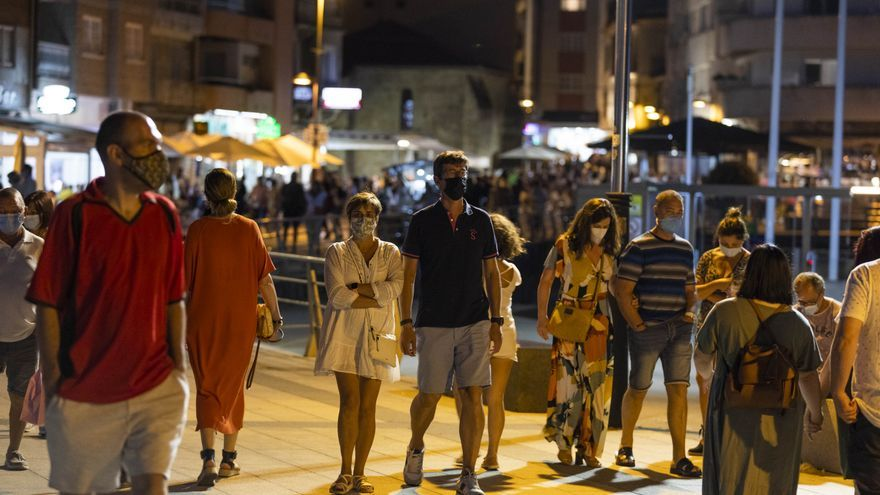 Los contagios de COVID detectados en Galicia siguen en descenso, mientras los ingresados bajan del centenar