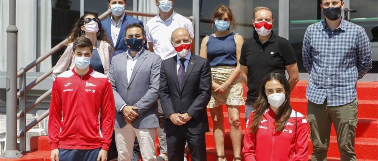 Representantes del Grupo Covadonga y de la empresa Joma,  junto a Carlota Castrejana antes de la firma del convenio.   Marcos León