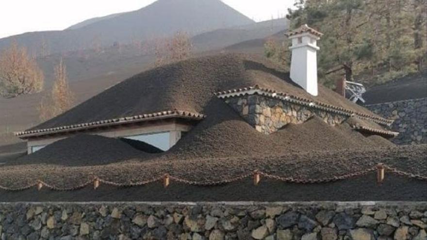 La impactante imagen de una casa en La Palma cubierta por la ceniza del volcán