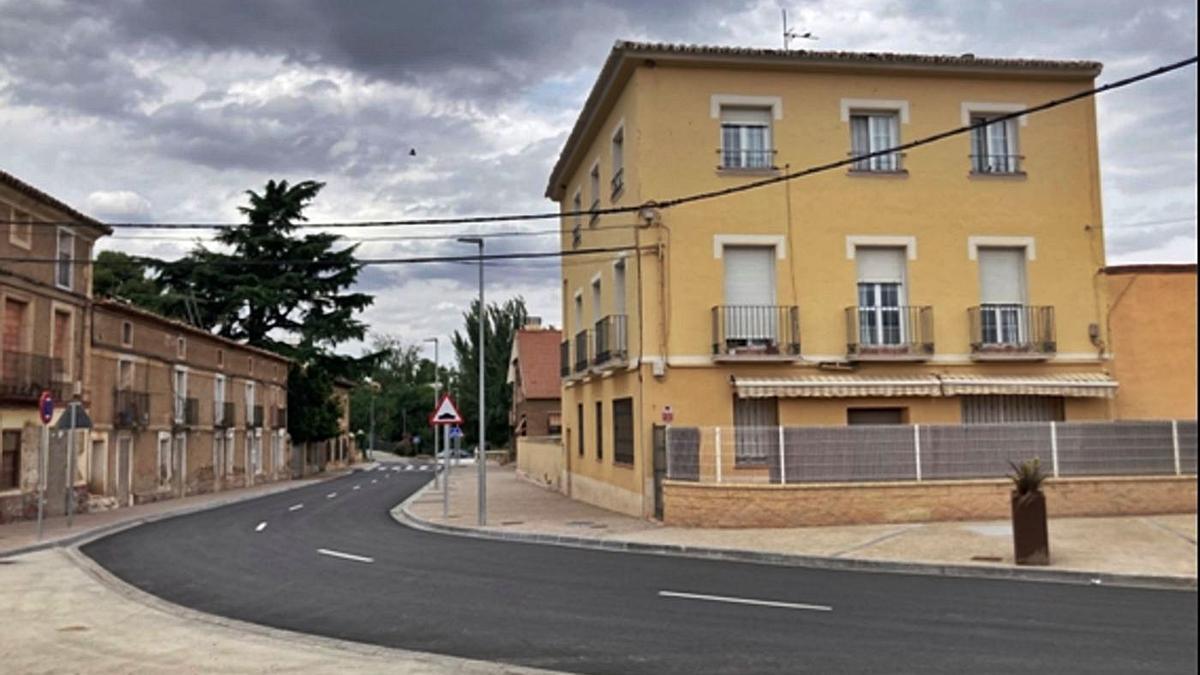 El Ayuntamiento de Ricla ha apostado por embellecer la calle y ampliar el espacio para el peatón.  
