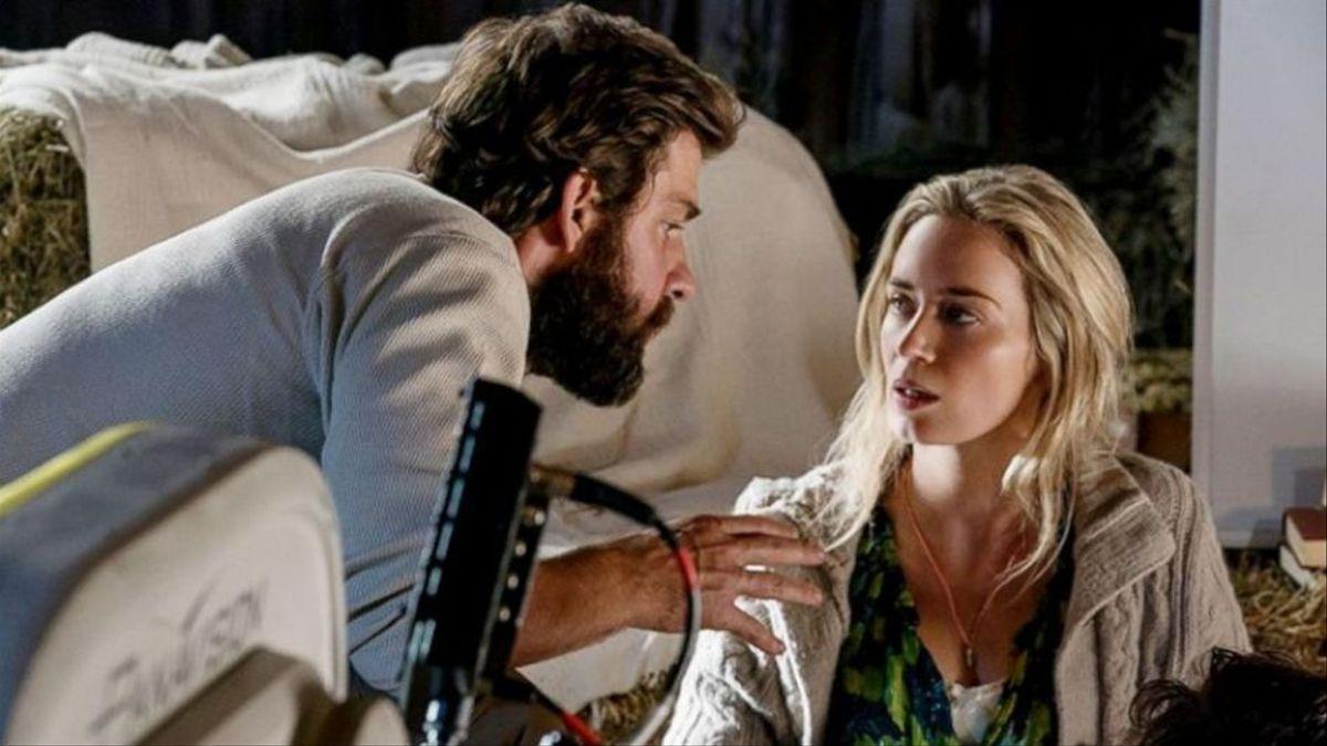 John Krasinski da instrucciones a Emily Blunt durante el rodaje.