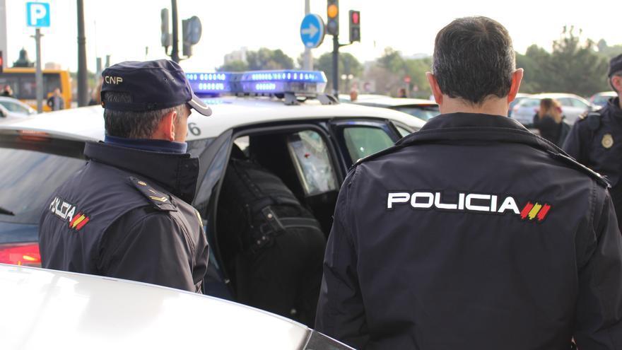 Rescatan a un menor que huía de la policía descolgándose de una tubería en València