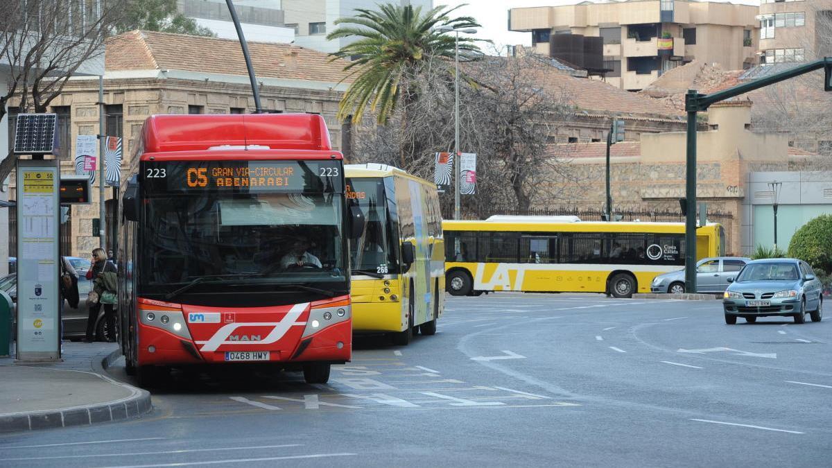 Autobuses  recogiendo pasajeros en una parada de la plaza Circular.