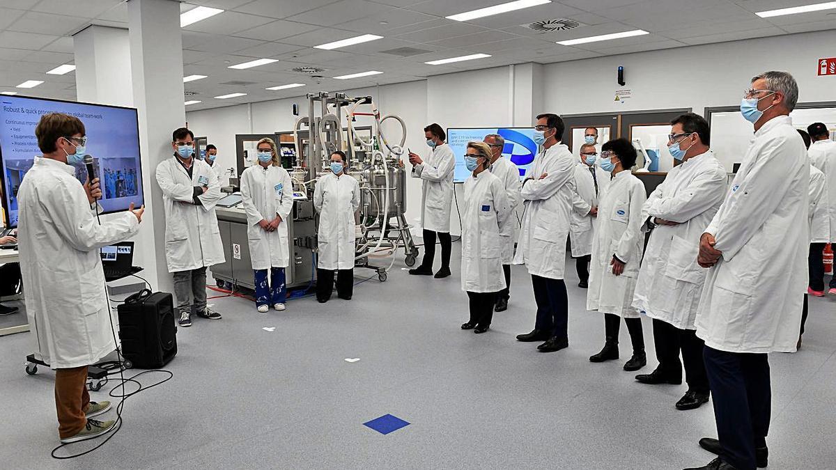 Ursula von der Leyer (5ª, a la izquierda), durante su visita a la planta de Pfizer, en Puurs (Bélgica). |  // REUTERS
