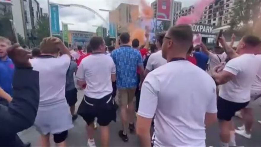 Batalla campal entre hinchas ingleses y policía antes de la final de la Eurocopa