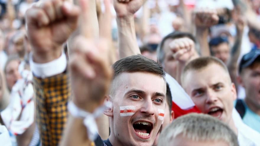 Lukashenko planta cara a la oposición mientras aumenta la presión en las calles